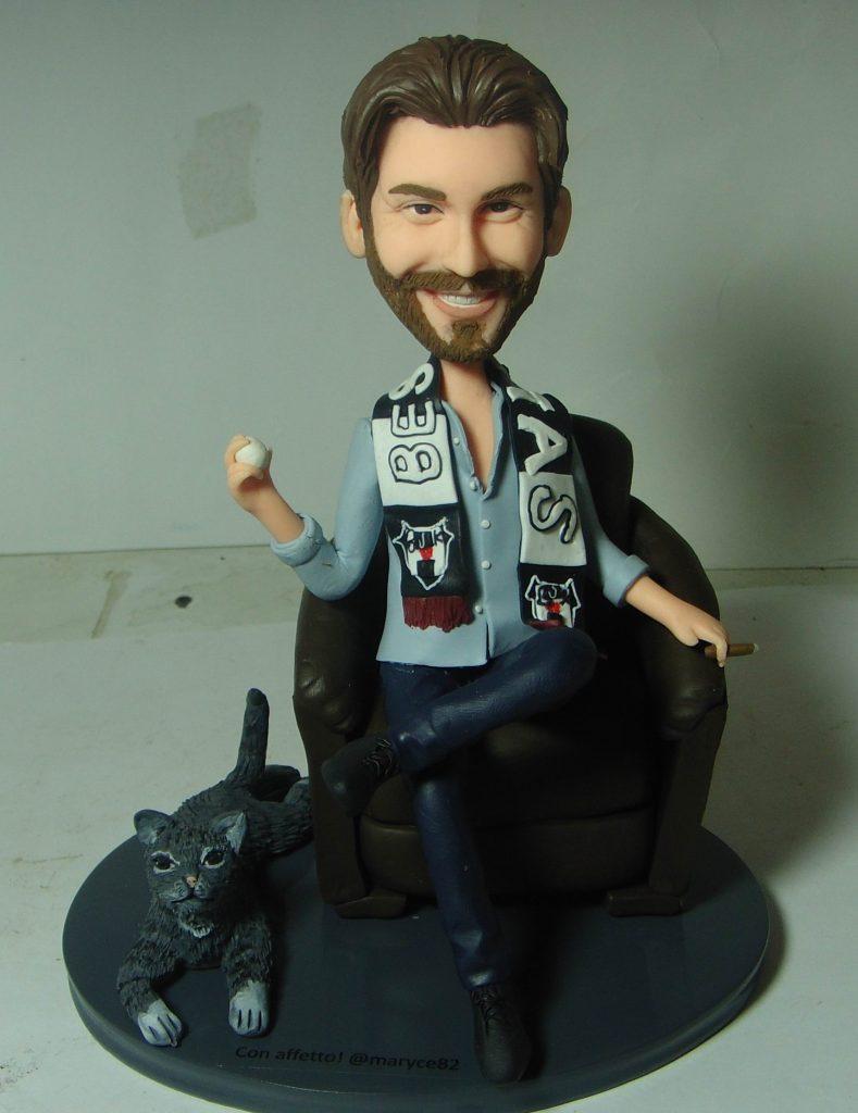 statuine personalizzate in argilla di un tifoso turco con gatto sulla poltrona