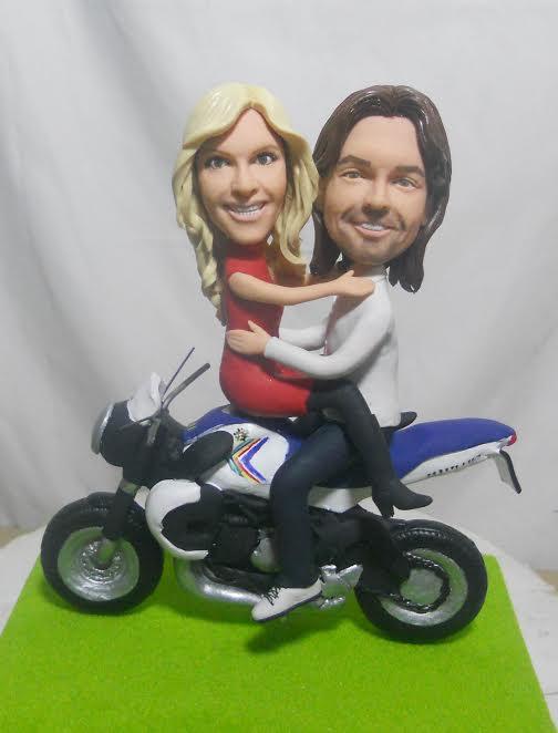 statuine-personalizzate in argilla coppia in moto