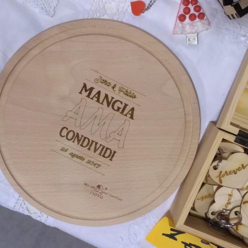 statuine personalizzate e tagliere bomboniera in legno inciso per matrimonio