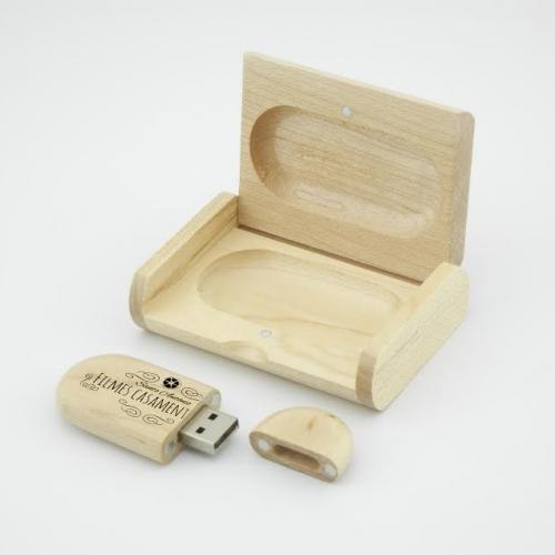 statuine personalizzate e chiavetta usb personalizzata in legno come bomboniera per matrimonio