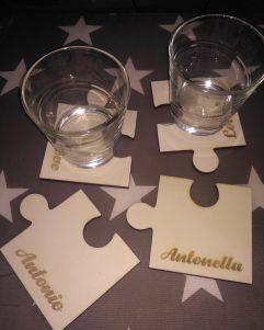 bomboniera a sottobicchieri a forma di puzzle con nomi incisi