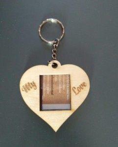 portafoto-cuore-con-portachiavi-inciso-su-legno