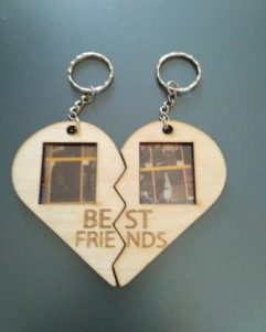 portafoto-portachiavi-in-legno-incisione-Best-Friends