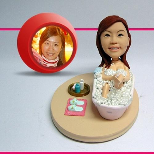 statuine personalizzate in resina per lei in vasca da bagno