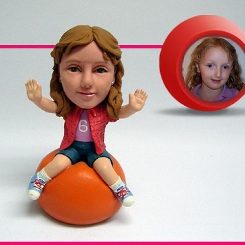 statuine personalizzate in resina bambina su palla