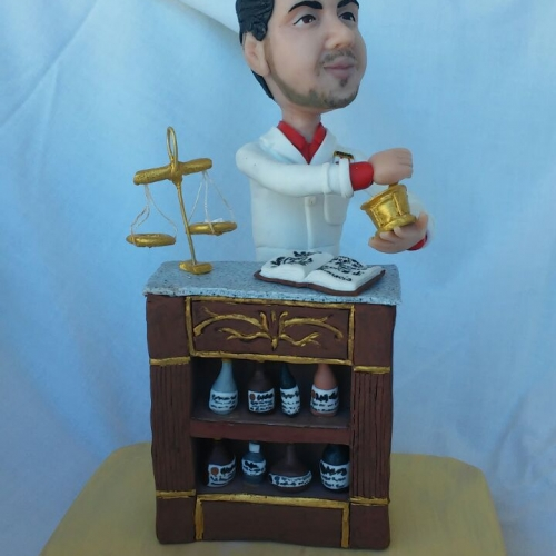 statuine personalizzate da foto in cernit di farmacista
