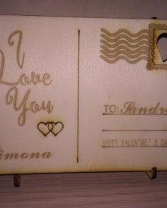 cartolina di legno incisa con messaggio come regalo di san valentino