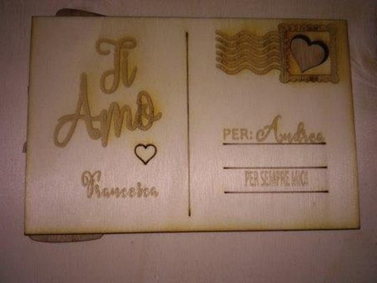 cartolina in legno con messaggio inciso