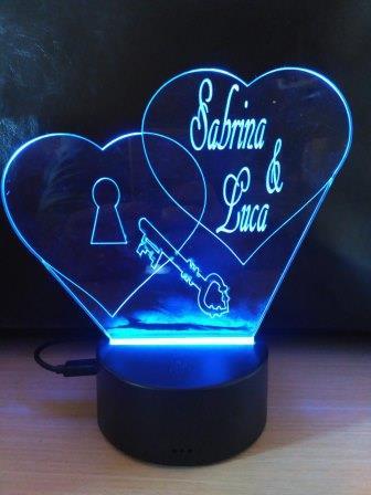 regalo per San Valentino plexi a cuore inciso con luce azzurra