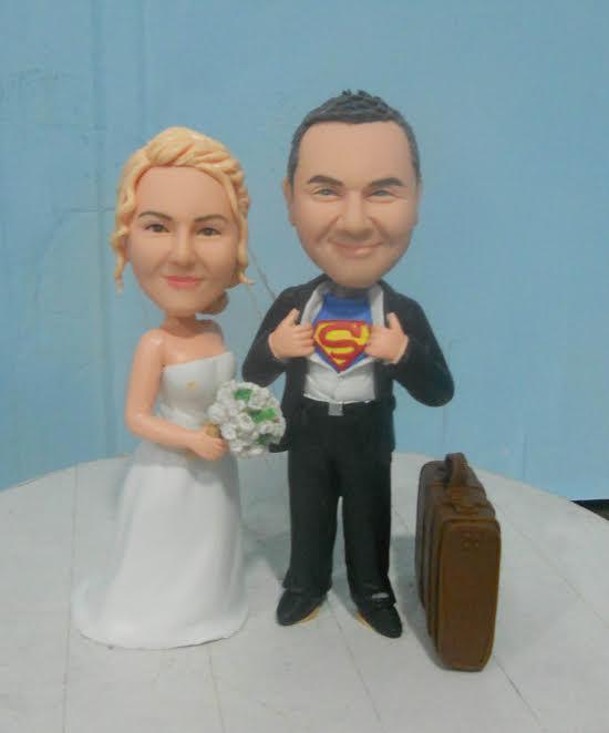 cake topper con sposo superman e valigia