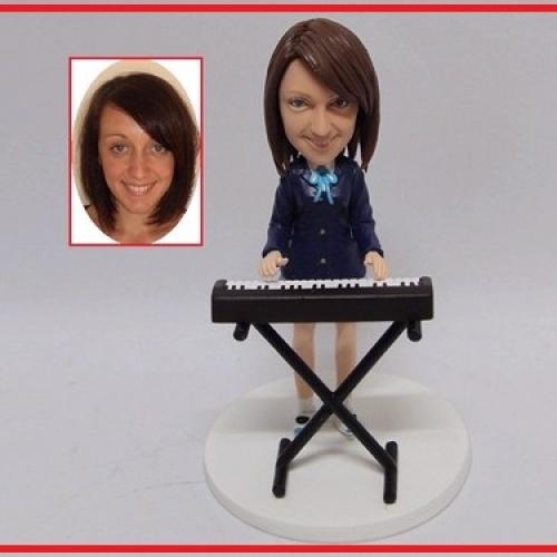 statuine personalizzate in resina tastierista