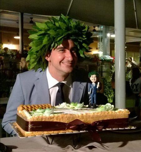 statuina argilla di laureato con torta