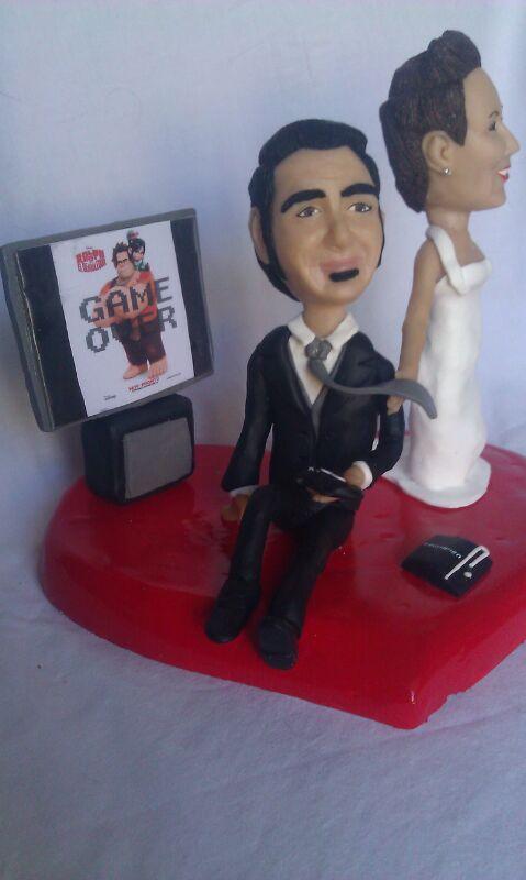 cake topper sposi con sposa che tira lo sposo a paly station