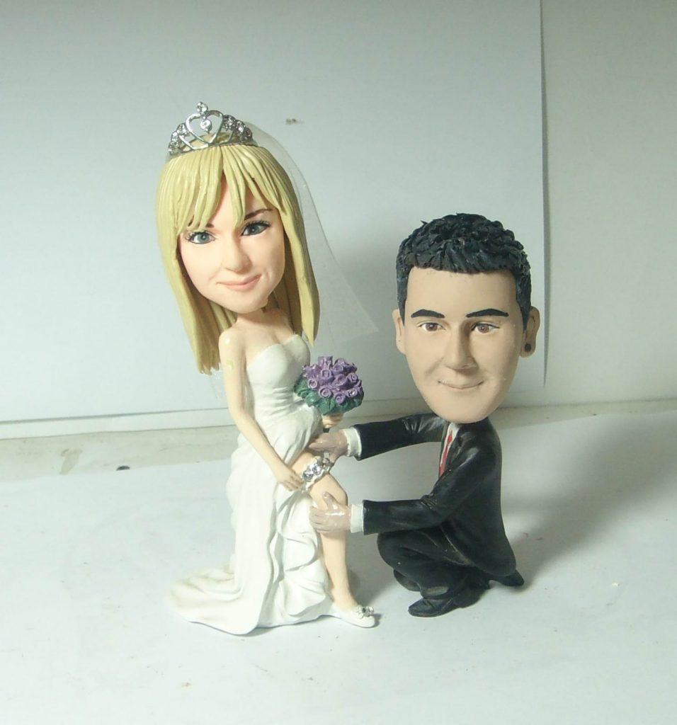 statuina con sposo che sfila la giarrettiera