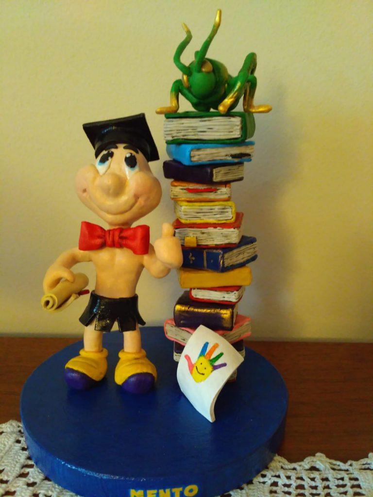 pupazzetto di una mascotte per laurea