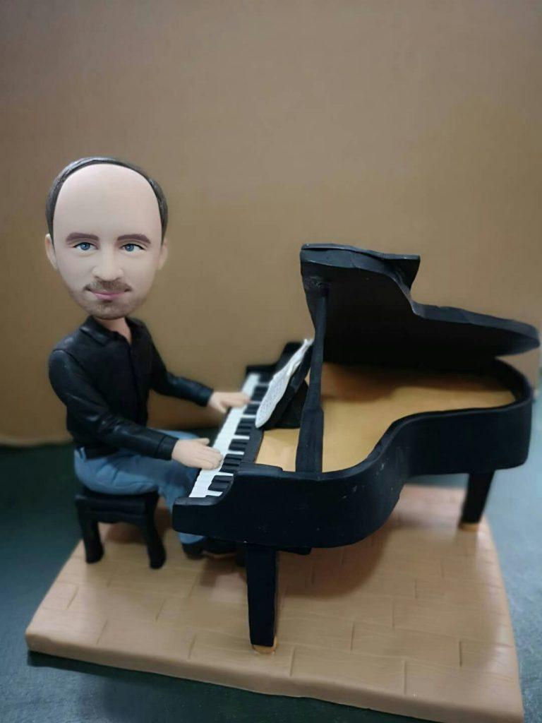 statuine in argilla di un pianista